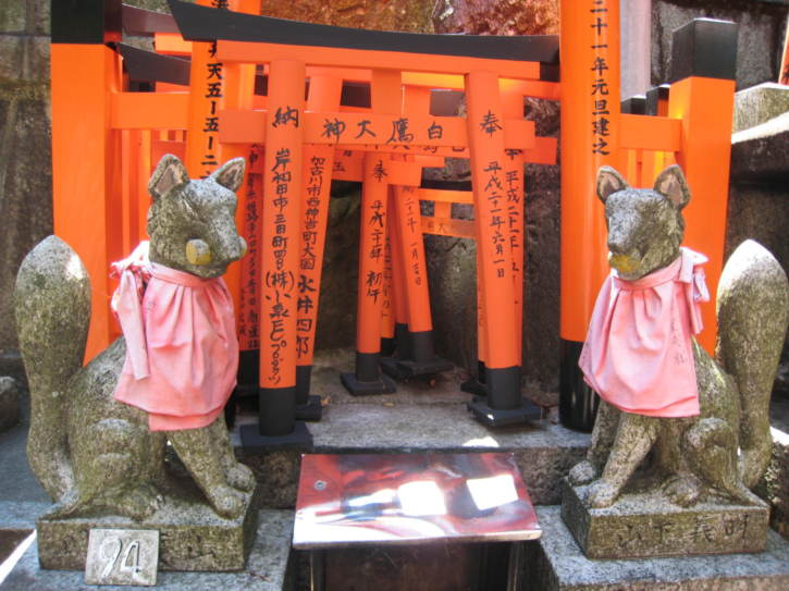 Small torii and foxes at Fushimi-Inari shrine