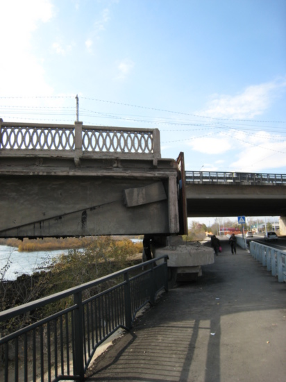 Disused bridge, with its replacement behind it
